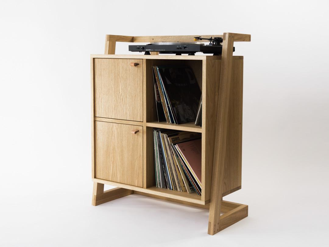 Dębowa szafka na winyle i gramofon